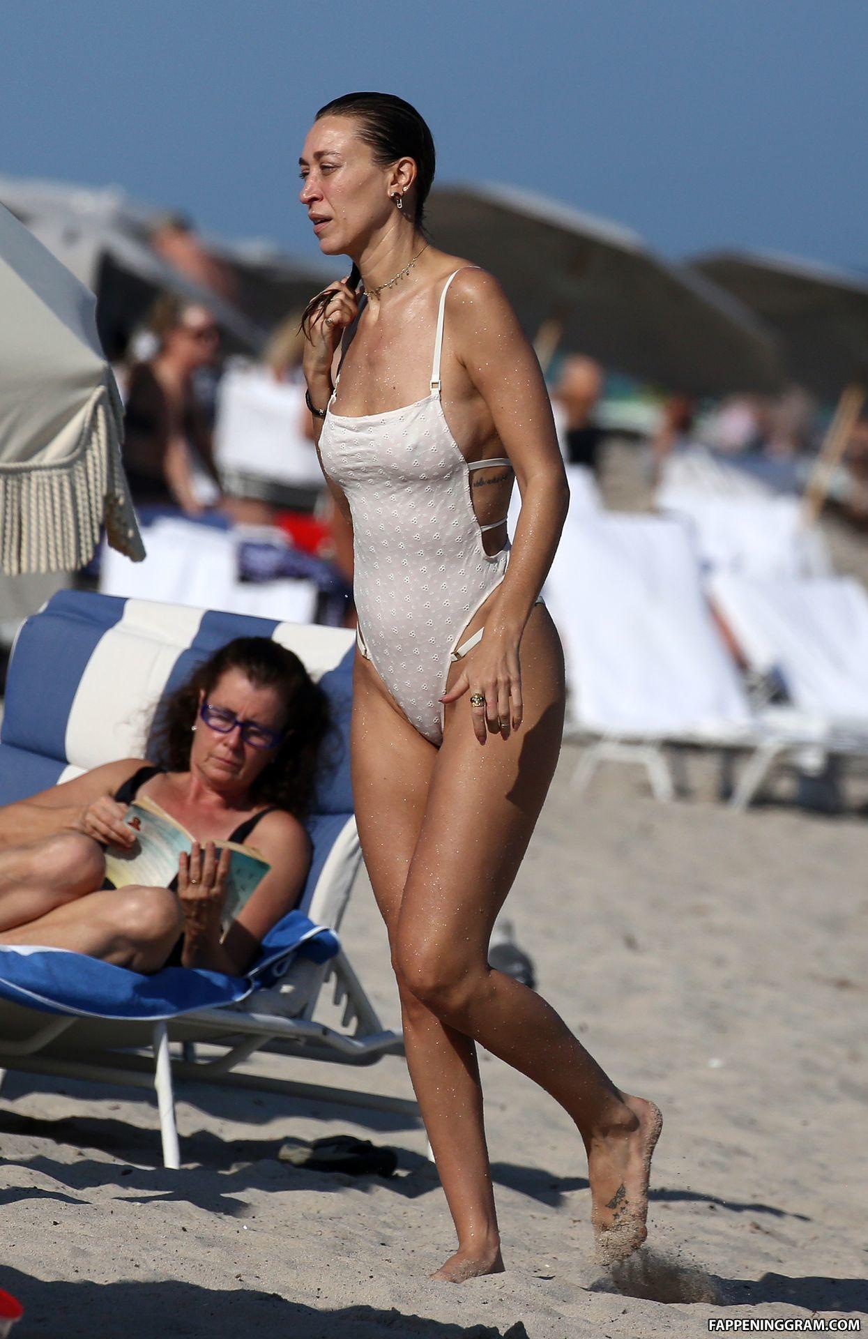 Nackt Alana Hadid  Meet Alana