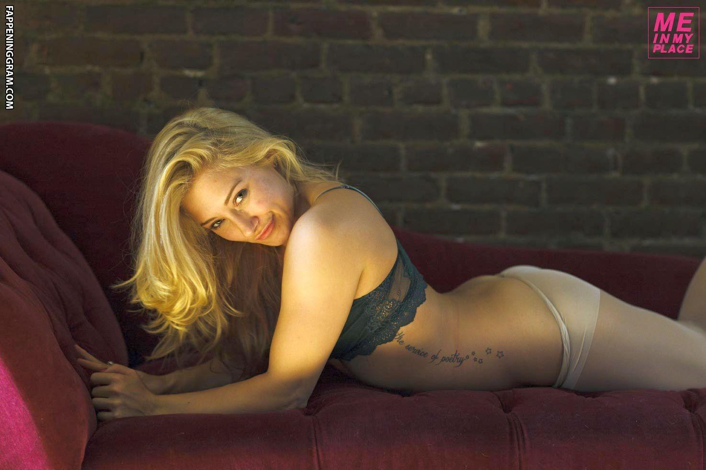 Alexandra Vino  nackt