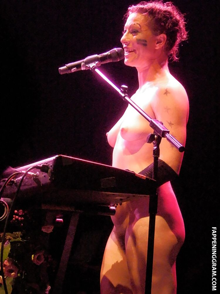 Amanda palmer performs new song naked in protest against tabloid