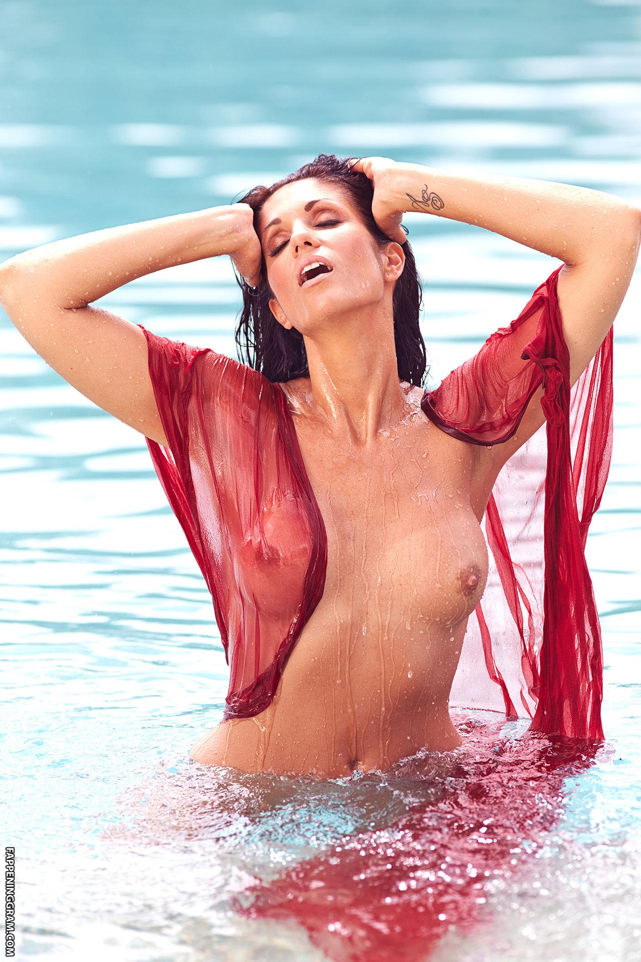 Sarah nackt Plommer 11+ Amazing