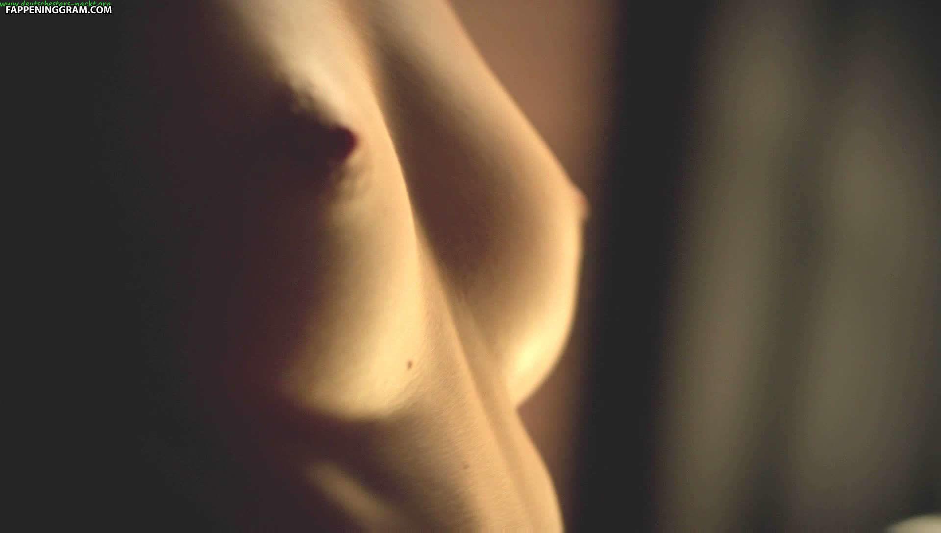 Alexia Stresi  nackt