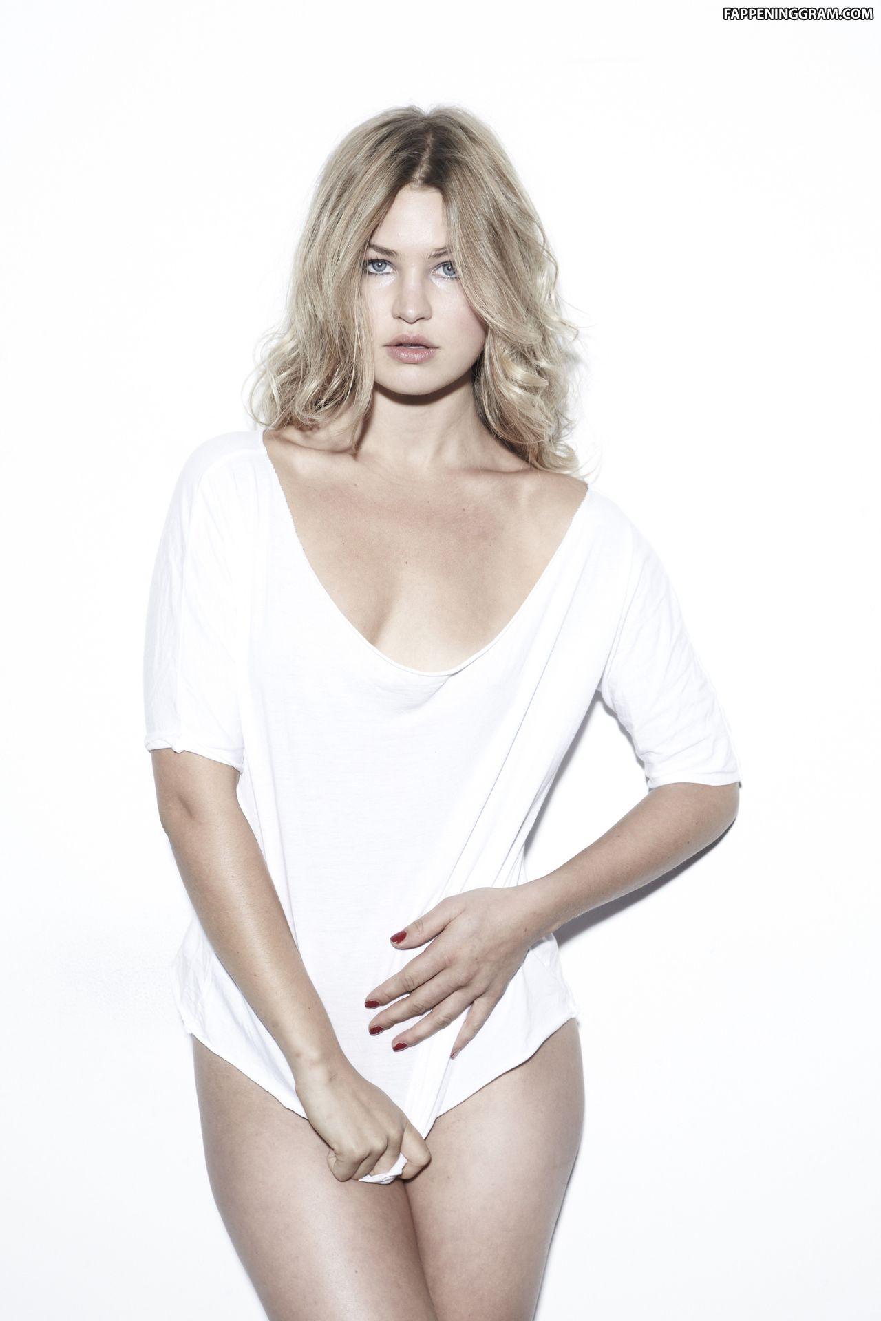 Jennifer Akerman  nackt