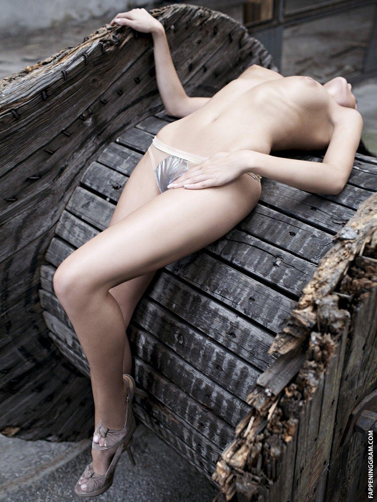 Nackt Laetitia Martinucci  Free Fall