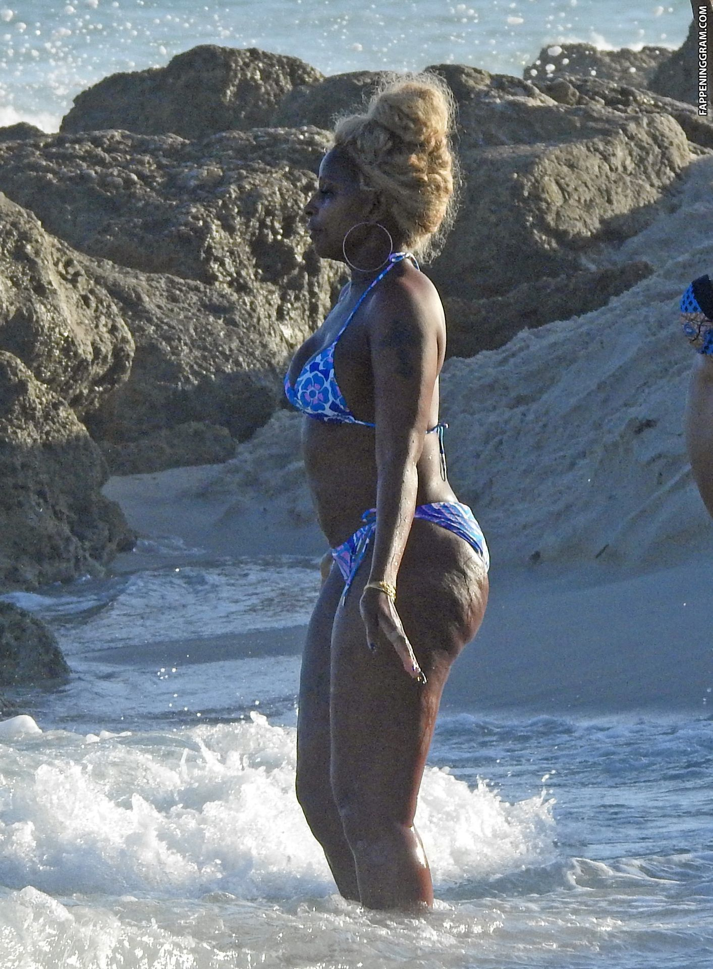 Mary j blige suns herself in racy red cut