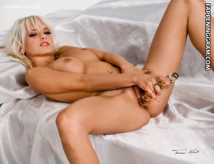 Sexy nackt julia mia Mia Julia