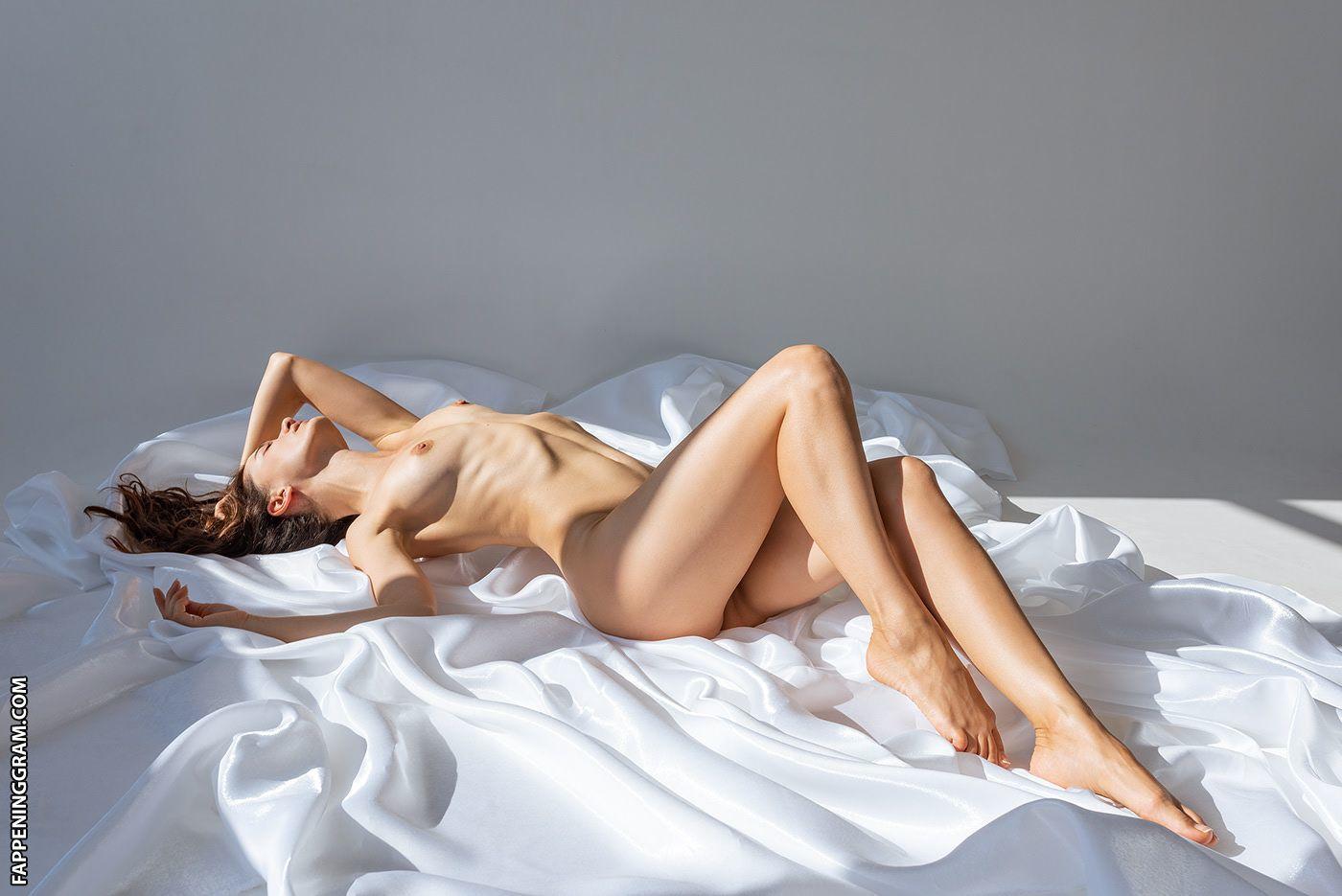 Nude eve harlow Nude Celeb